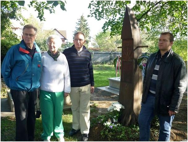 Rácz István sírjánál. Balról jobbra: Reijo Sulasalmi, Annikki Nelin, Vókó Péter, dr. Szoboszlai András